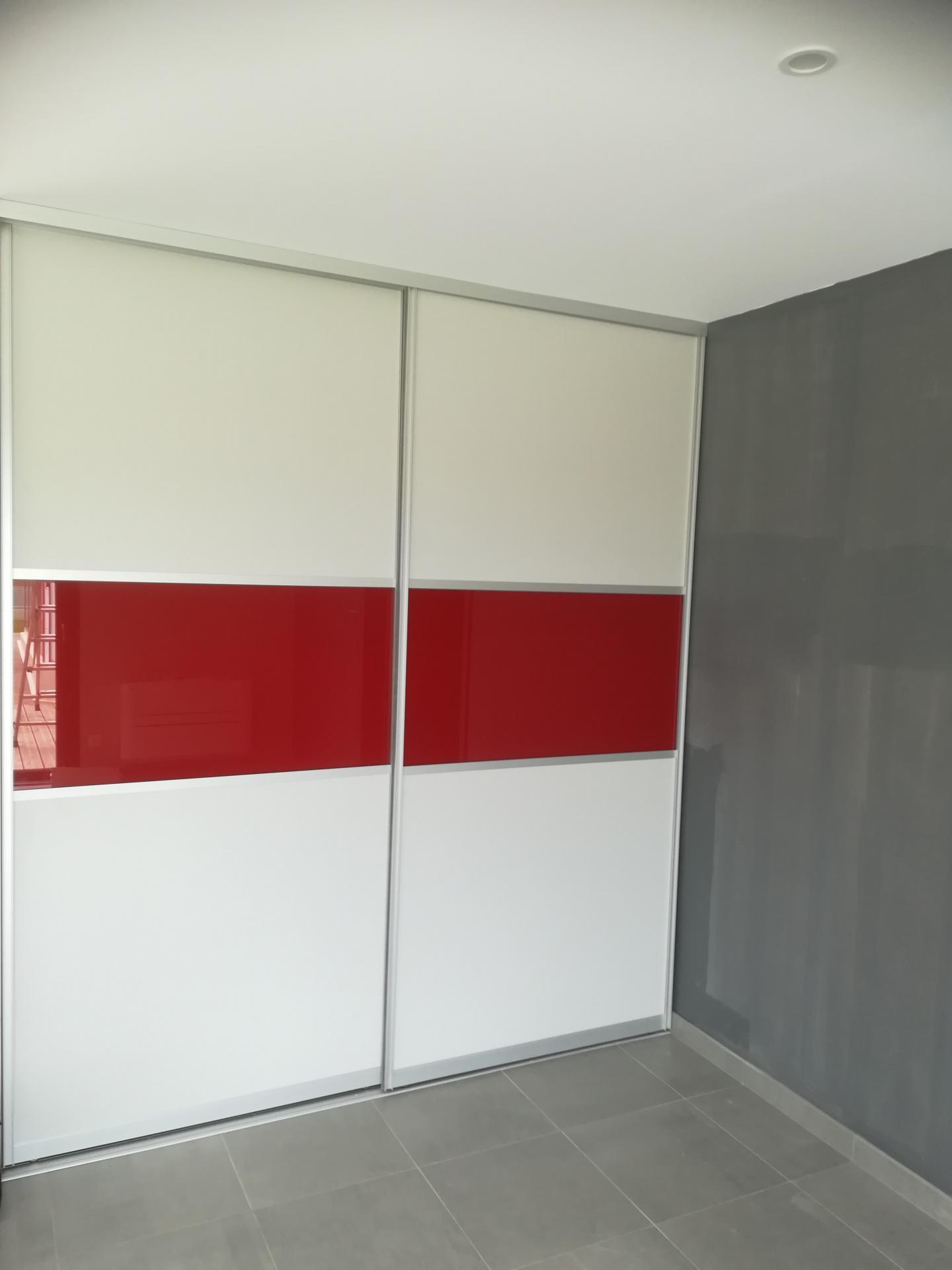 Portes blanc et verre laqué rouge