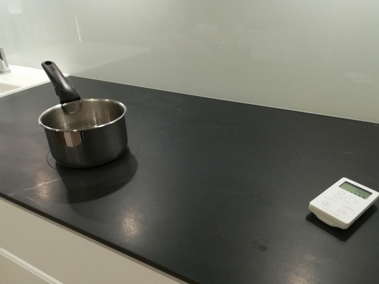 cuisine bois et bois, plan céramique Cooking Rak noir marbré