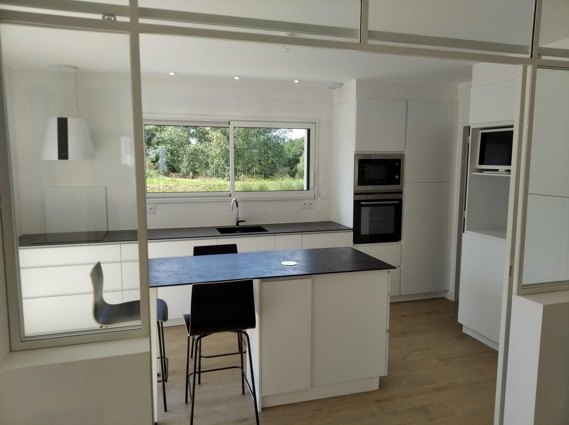 cuisine laque mat blanc, plan anthracite noir compact, verrière d'atelier